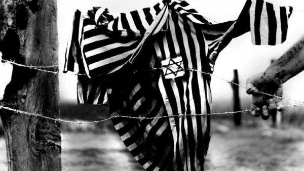 Dragt hænger på pigtråd fra nazisterne
