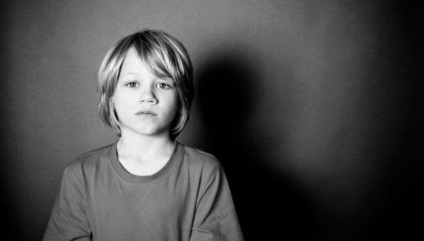 Trist dreng er en af de glemte børn