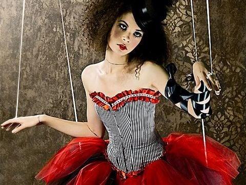 Dukke med snore i arme symboliserer følelsesmæssige vampyrer
