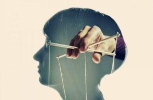 Dukke i hoved viser, hvordan man kan manipulere sindet