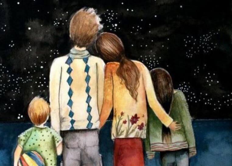Lykkelig familie kigger på nattehimmel og illustrerer sunde familieforhold