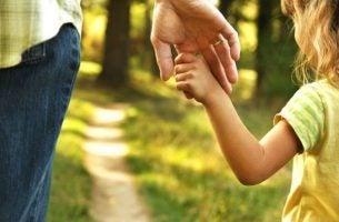 Far og datter holder i hånd