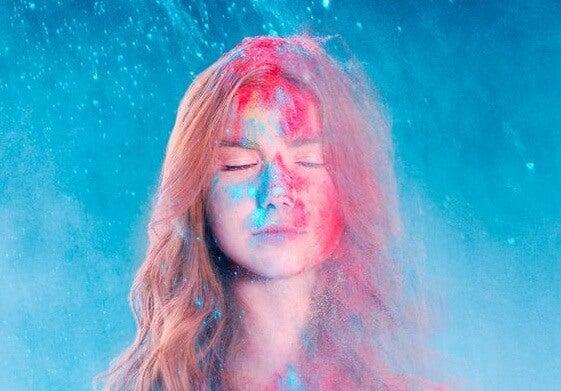 Kvinde med forskellige farver i ansigtet. Læg en indsats