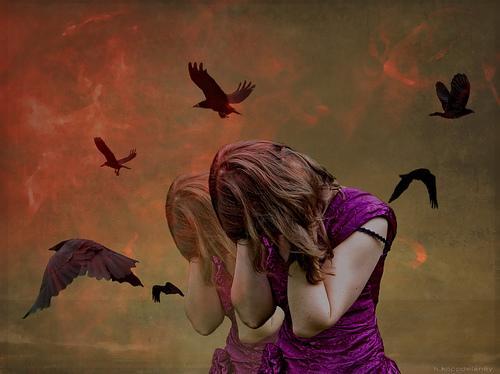 Pige gemmer sit ansigt for fugle