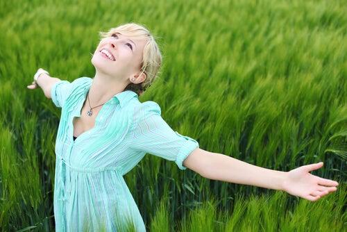 Forny dig selv med glæde som denne kvinde