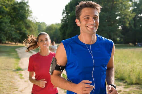 Glade personer løber og nyder sportspsykologi