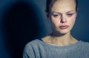 Kvinder græder på grund af borderline personlighedsforstyrrelse