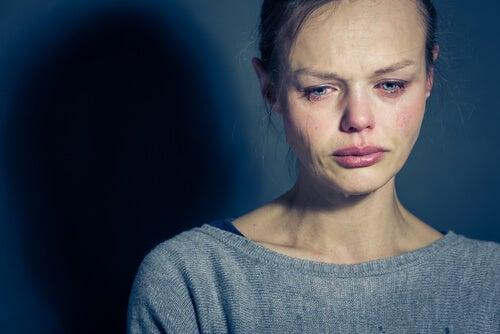 Kvinder græder på grund af bipolar lidelse