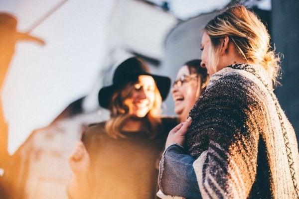 Kvinde griner sammen og lader sig ikke gå på af kritiserende mennesker
