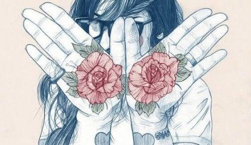 Person med blosmter i hænderne