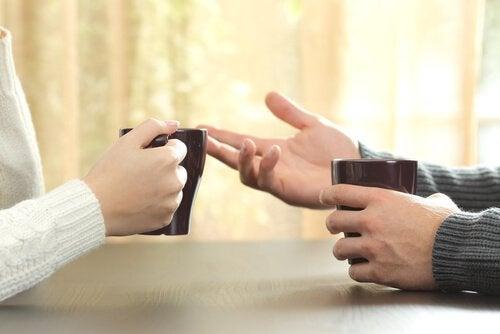 Personer taler sammen for at undgå skænderi