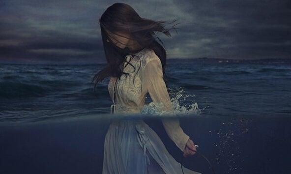 Kvinde i hav udstråler tristhed