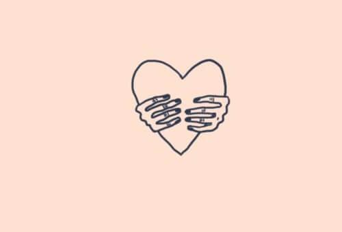 To hænder holder fast om hjerte