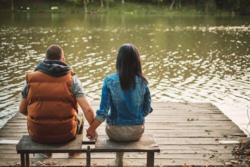 Par holder i hånd og arbejder på at forbedre kommunikationen