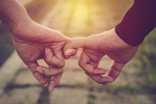 Par holder i hånd og nyder, at de kan tolerere mangler