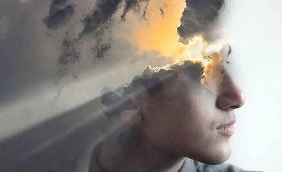 Mands hoved, hvor sollys bryder igennem