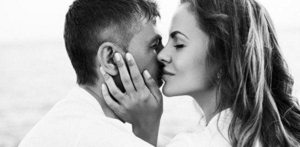 Kvinde hvisker til mand om kærlighedens kemi