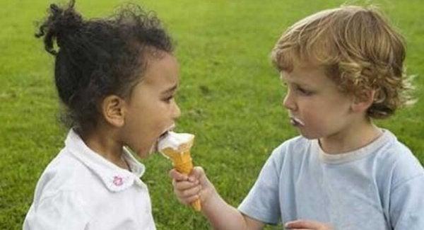 Dreng giver pige is, da han er en god person