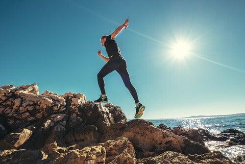Mand på klippe anvender løb som meditation