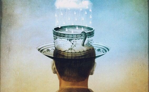Person med kop på hoved