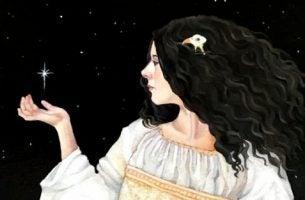Kvinde med sort hår afspejler en stærk karakter