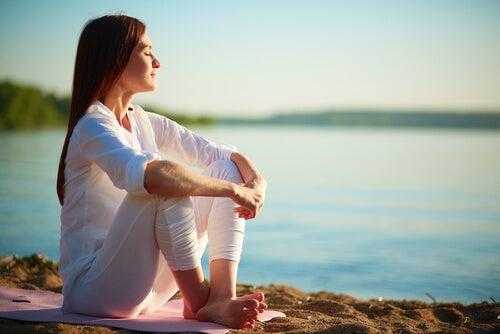 Kvinde ved hav ønsker at begynde at meditere