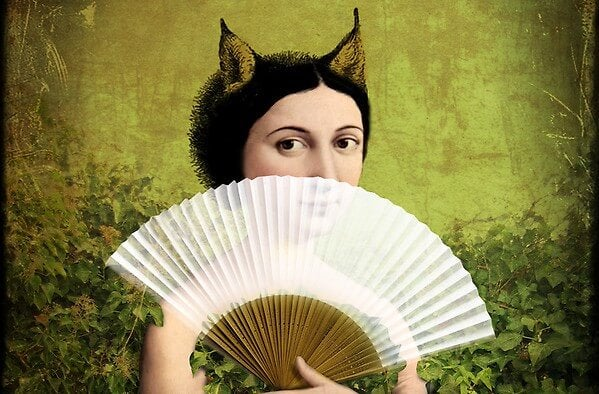 Kvinde med horn gemmer sin ondskabsfulde side bag vifte