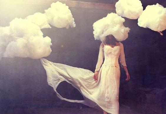 Kvinde i hvid med hovedet i en sky. PilarJericó