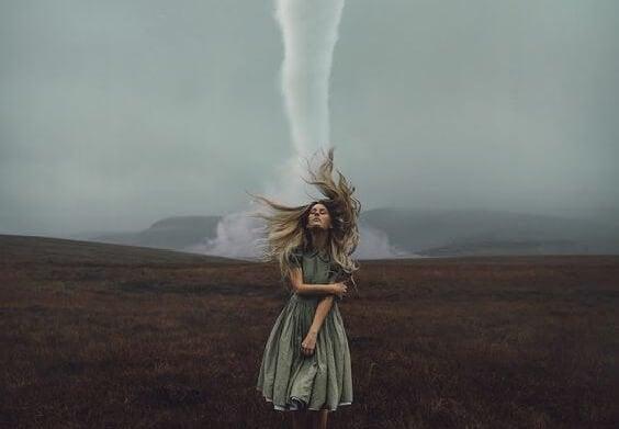 Kvinde tæt på tornado ønsker at sabotere sig selv
