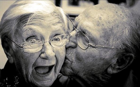 Ældre par kysser og nyder kærlighedens kemi