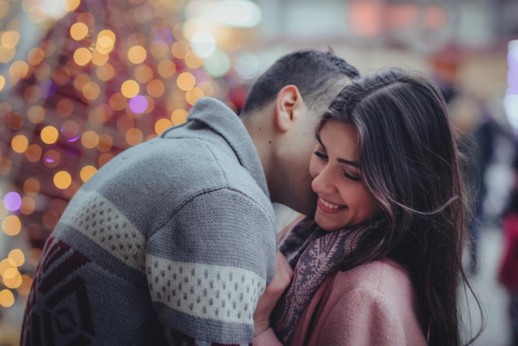 Par kysser og krammer for at forbedre kommunikationen