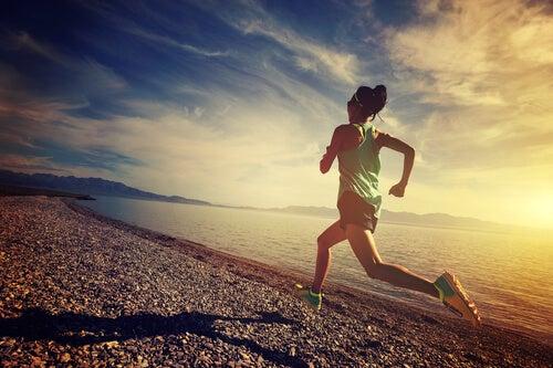 Kvinde løber ved hav