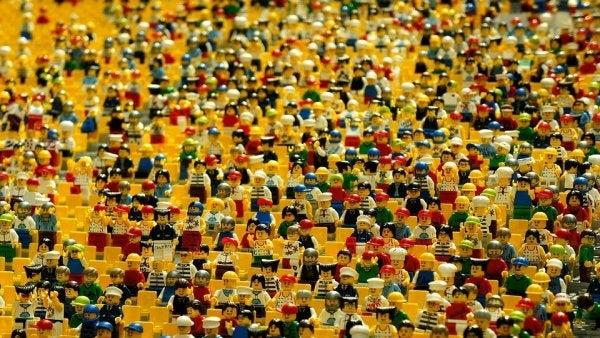 Legomænd viser de mange fordele ved lego