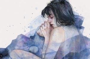 Kvinde malet i lilla nuancer oplever fritflydende angst