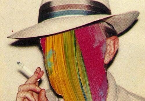 Mand med maling for ansigt viser rygevaner