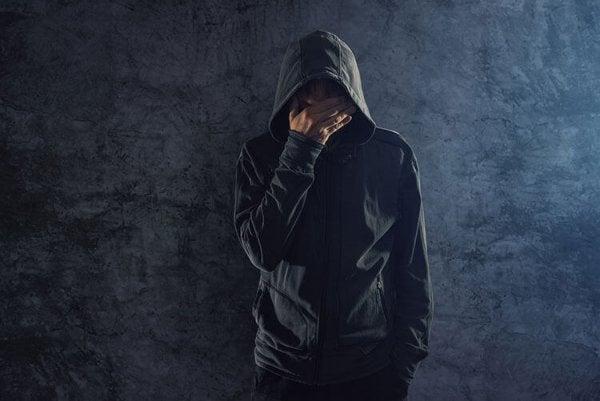 Mand tager sig til hovedet trist over skizoid personlighedsforstyrrelse