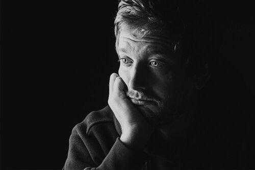 Mand med pistantrofobi ser trist ud