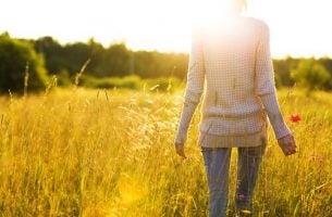 Person på mark føler sig oplyst af citater om selvforbedring