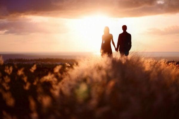 Par på mark holder i hånd og overvældes af kærlighedens kemi