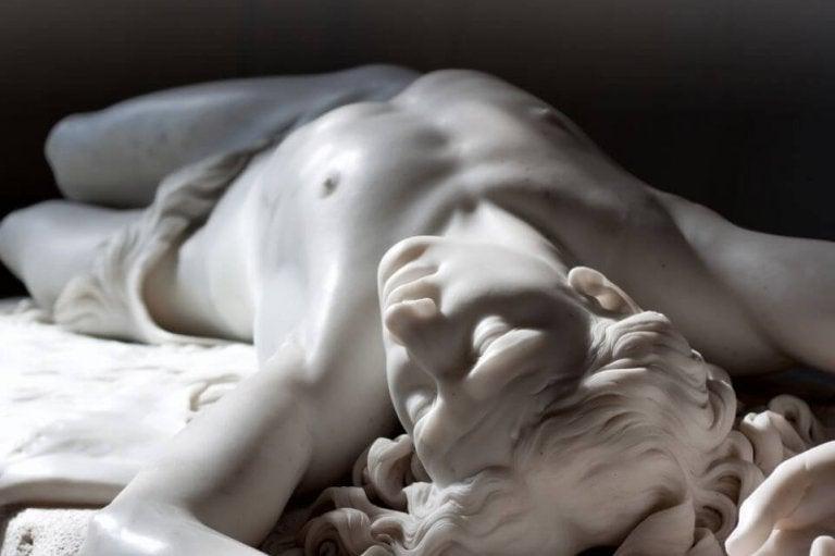Marmor statue viser misundelsens to ansigter