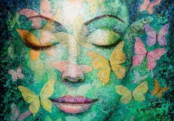 Kvinde med sommerfugle og lukkede øjne