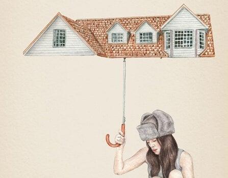 Kvinde med hus som paraply