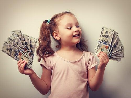 Pige med rigt barn syndrom holder penge i hænder