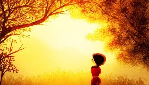 Pige i sollys i skov