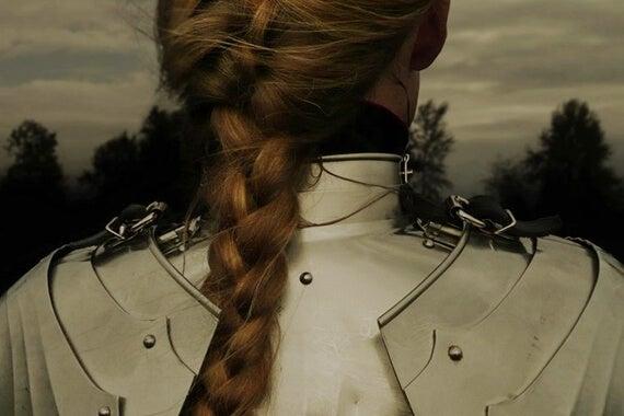 Kvinde set bagfra i rustning. J.K. Rowling
