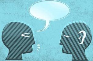 Personer har samtale om uvidenhed