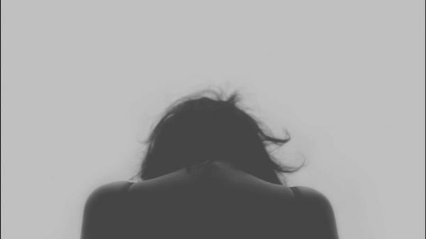 Silhuet er person, der bøjer hovedet, på grund af kronisk smerte