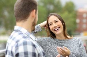 Kvinde vælger at reagere på ros ved at smile