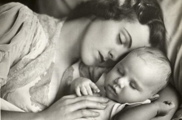 Mor sover sammen med baby
