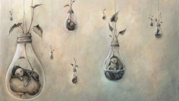 Mennesker sover i hængende poser under planter